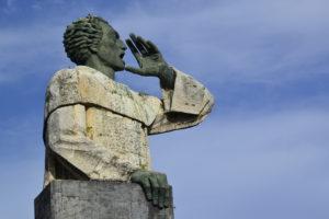 Estatua de Montesino en el malecon